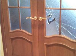 Межкомнатная дверь с разбитым стеклом